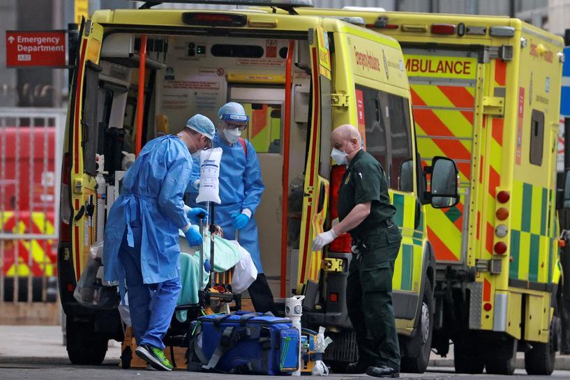 日均确诊病例超5万 英国重启方舱医院关闭伦敦各小学