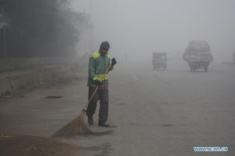 Heavy fog hits Lahore, Pakistan