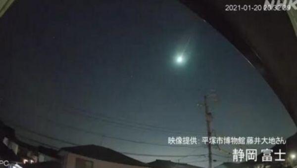 巨大火球深夜划过日本上空:突然发出强光照亮天空