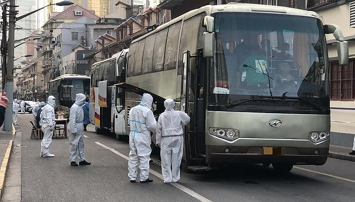 直击上海疫情:中风险小区居民正转运至酒店集中隔离