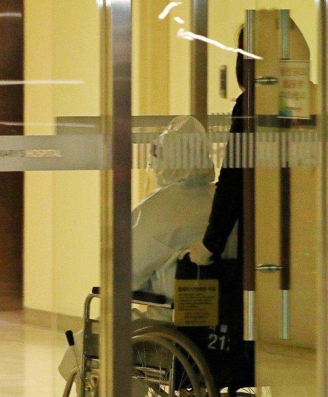 朴槿惠穿防护服现身医院:坐轮椅 被推进隔离病房(图)
