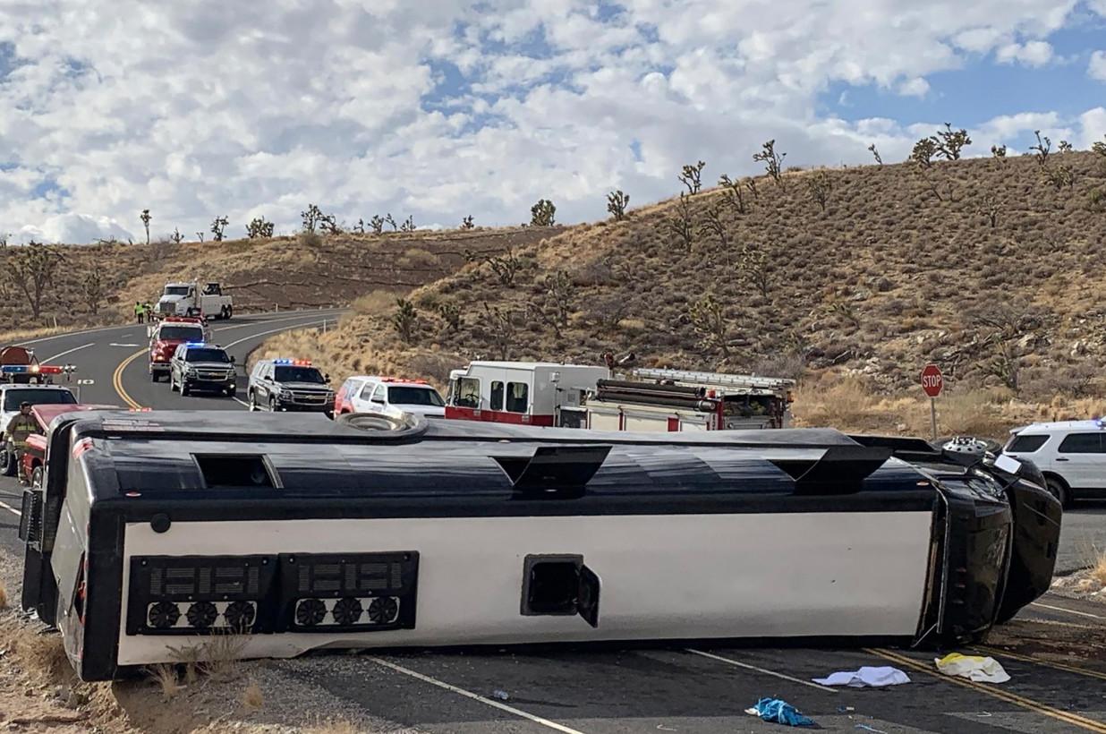 美国亚利桑那州一观光巴士侧翻 致1死2重伤