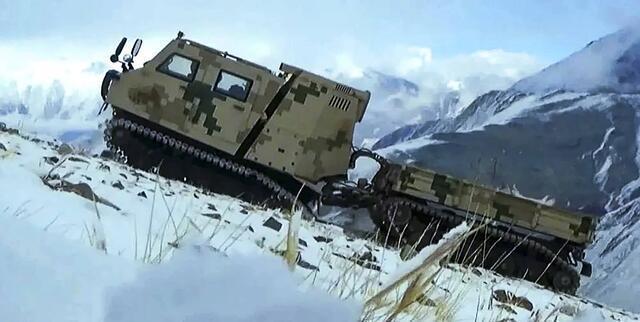 外骨骼、无人机之后,解放军又用全地形车向驻藏部队提供补给