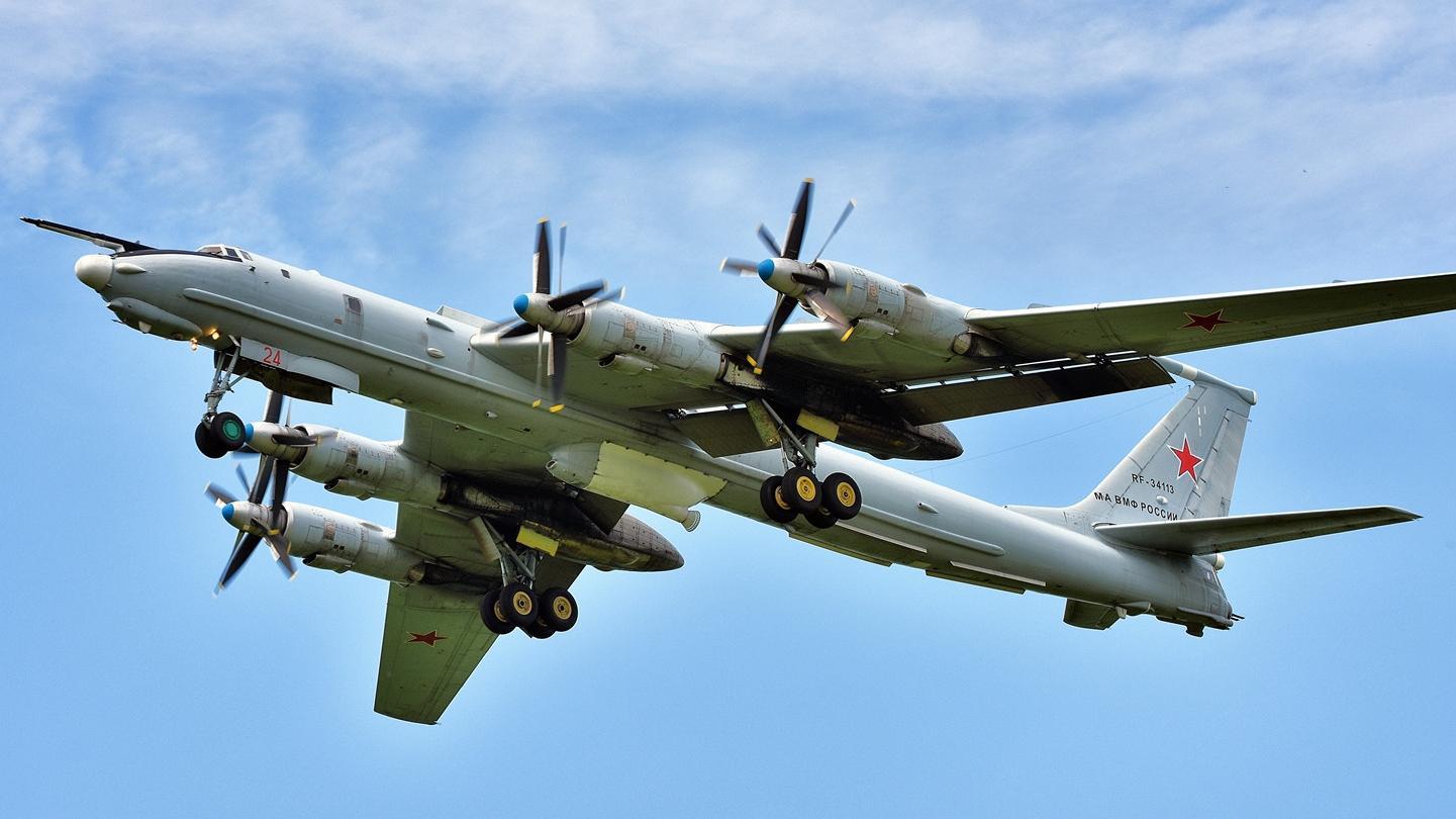 俄罗斯图-142MZ反潜机在俄美边境海域上空巡航
