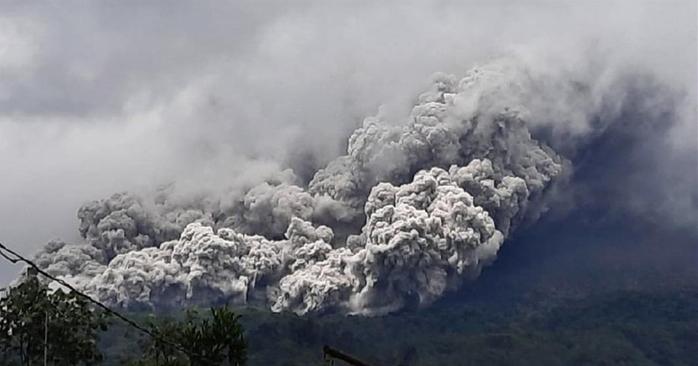 印度尼西亚莫拉比火山喷发 浓烟高达2千米