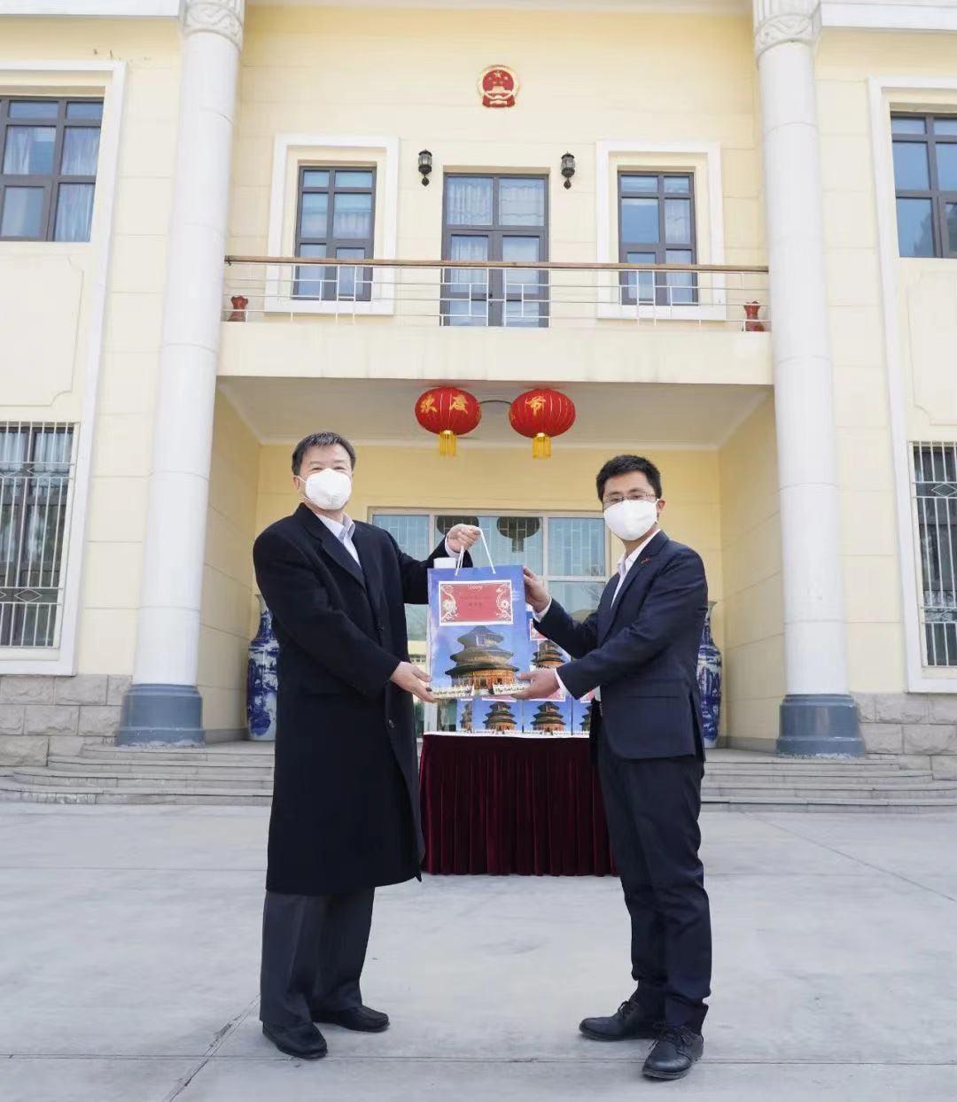 """中国驻阿富汗使馆向在阿侨胞和留学生发放""""春节包"""""""