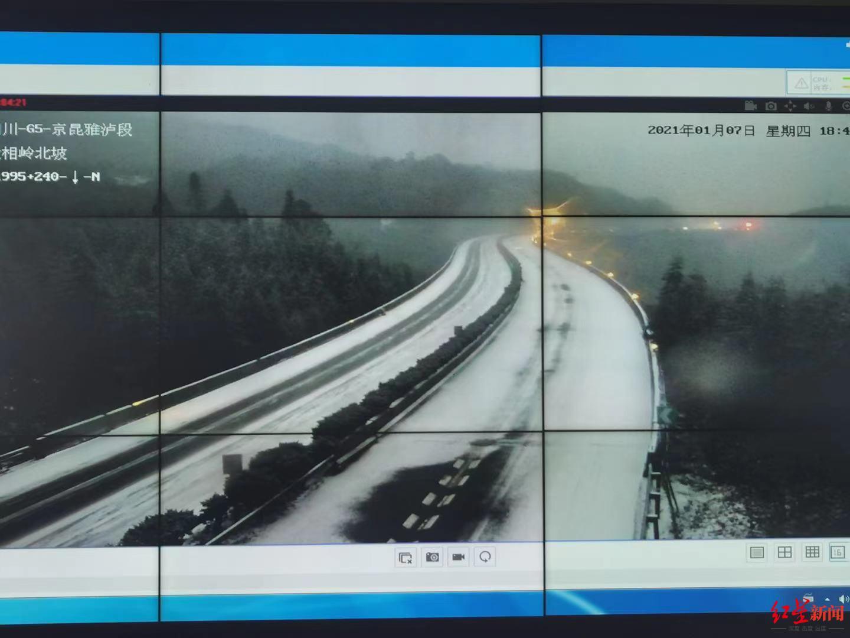 四川雅西高速泥巴山北坡路段因降雪结冰严重 道路交通管制分流图片