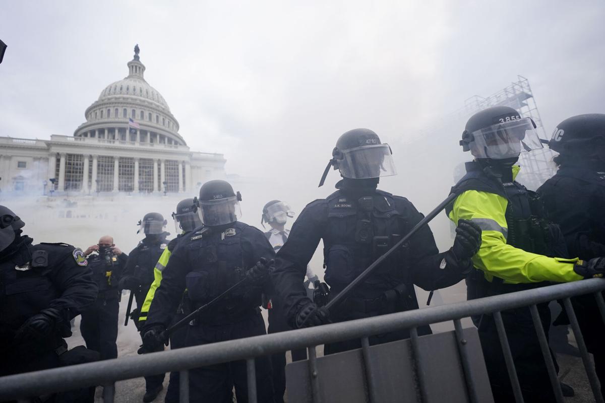 警方在美国国会外保持次序(美联社)