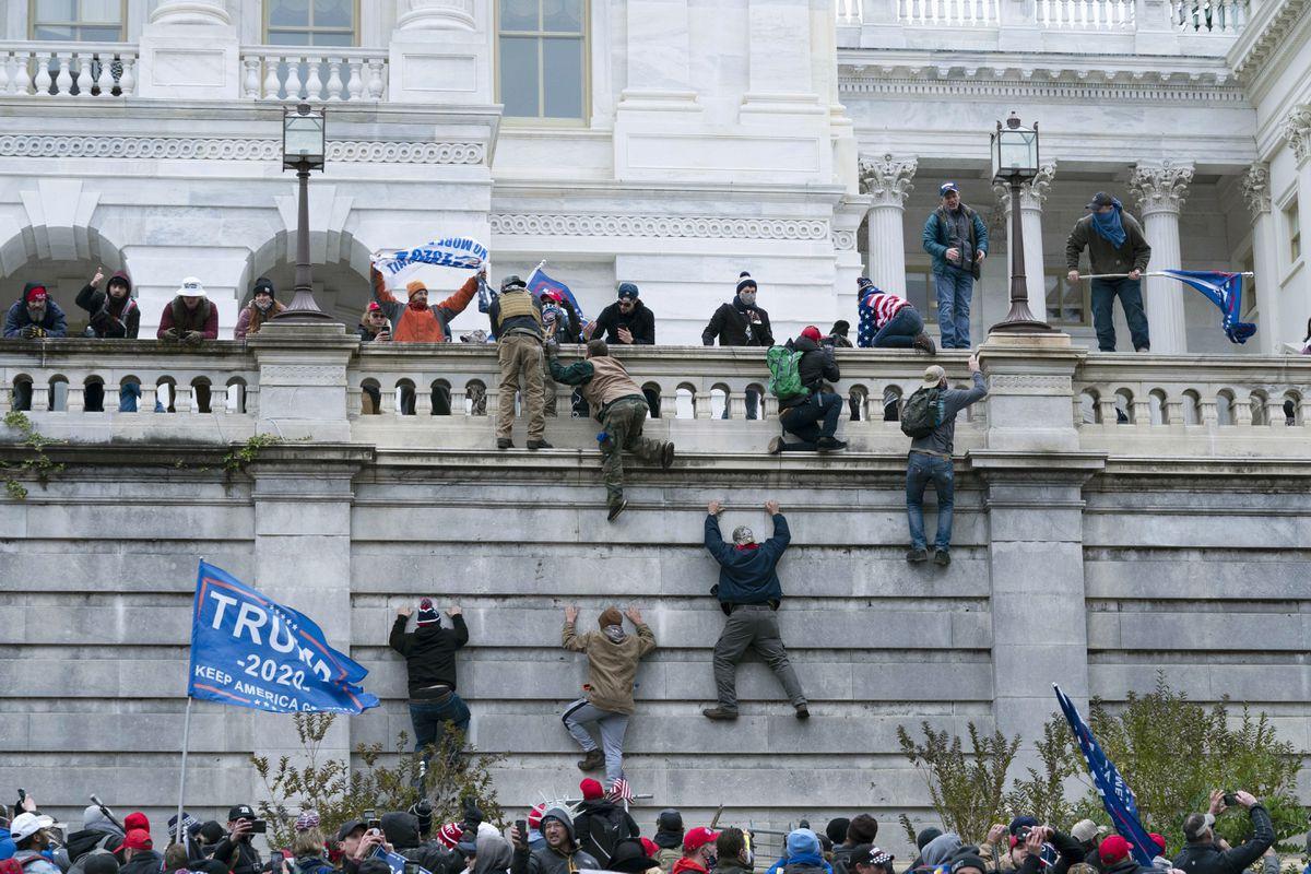 抗议者围攻美国国会(美联社)