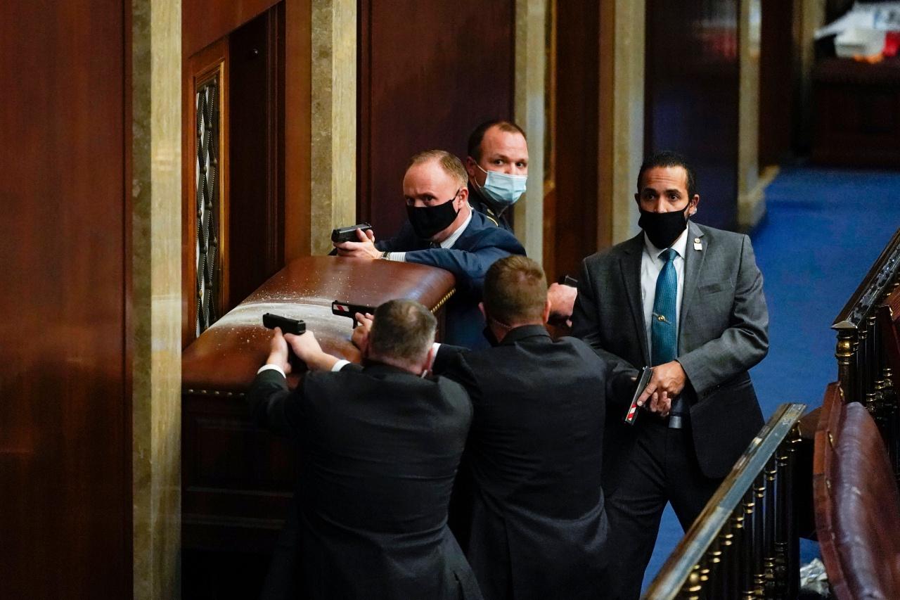 差人在美国国会内持枪执勤(美联社)