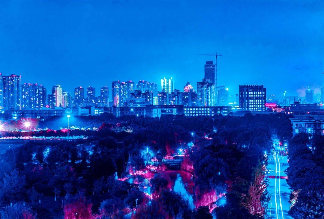 摩登梦幻、霓虹闪烁······这样的校园夜景不进来康康?图片