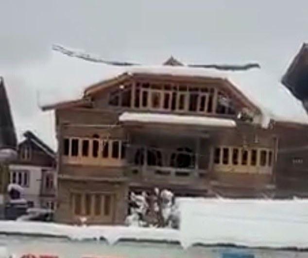 印度一座三层房子因积雪太重屋顶被压塌