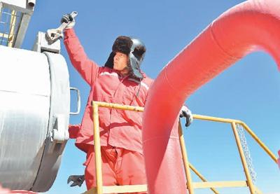 近期,中国石油天然气集团公司青海油田分公司采气一厂优化组织运行以及安全环保管控,为冬季供气提供有力保障。图为1月6日,该厂工作人员完成作业后拧上过滤器阀门。新华社记者 张曼怡摄