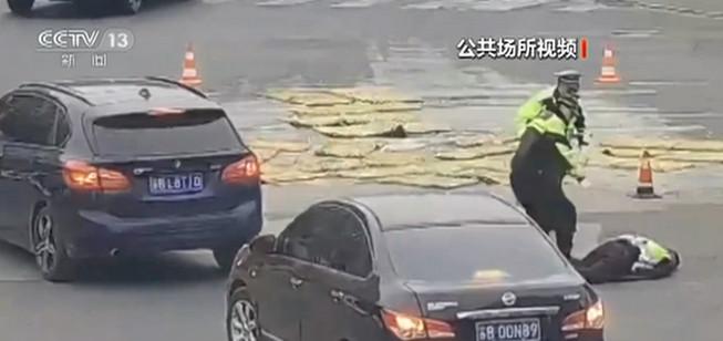 江苏无锡:交警执勤突发心梗 抢救无效不幸牺牲图片