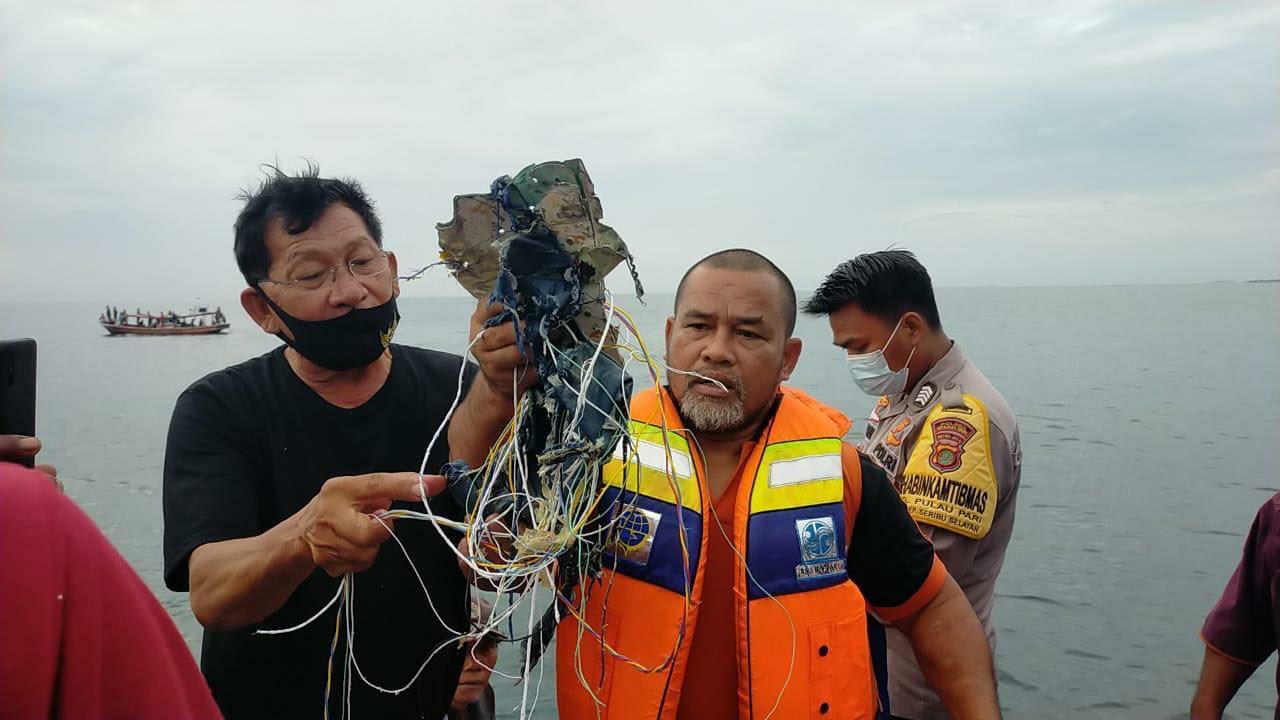 印尼搜救队发现残骸和电缆 疑似来自失踪波音客机