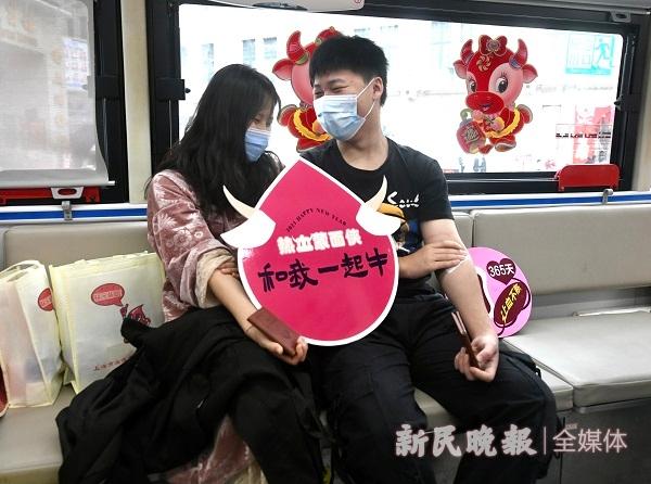 图说:情侣撸袖献血奉献爱心 新民晚报记者 徐程 摄