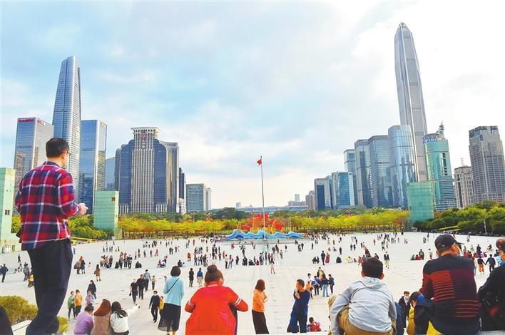 ▲春节期间,许多留深过年的市民来到深圳市民中心广场游玩。