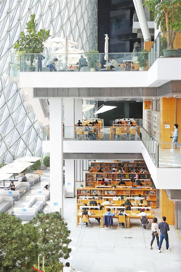 ▲春节期间,不少市民选择到深圳图书馆学习阅读。