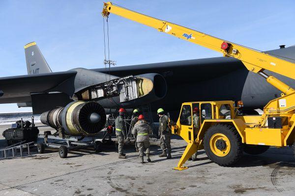 资料图片:美空军地勤职员正在维护一架B-52H轰炸机的涡扇发动机。(美国空军网站)