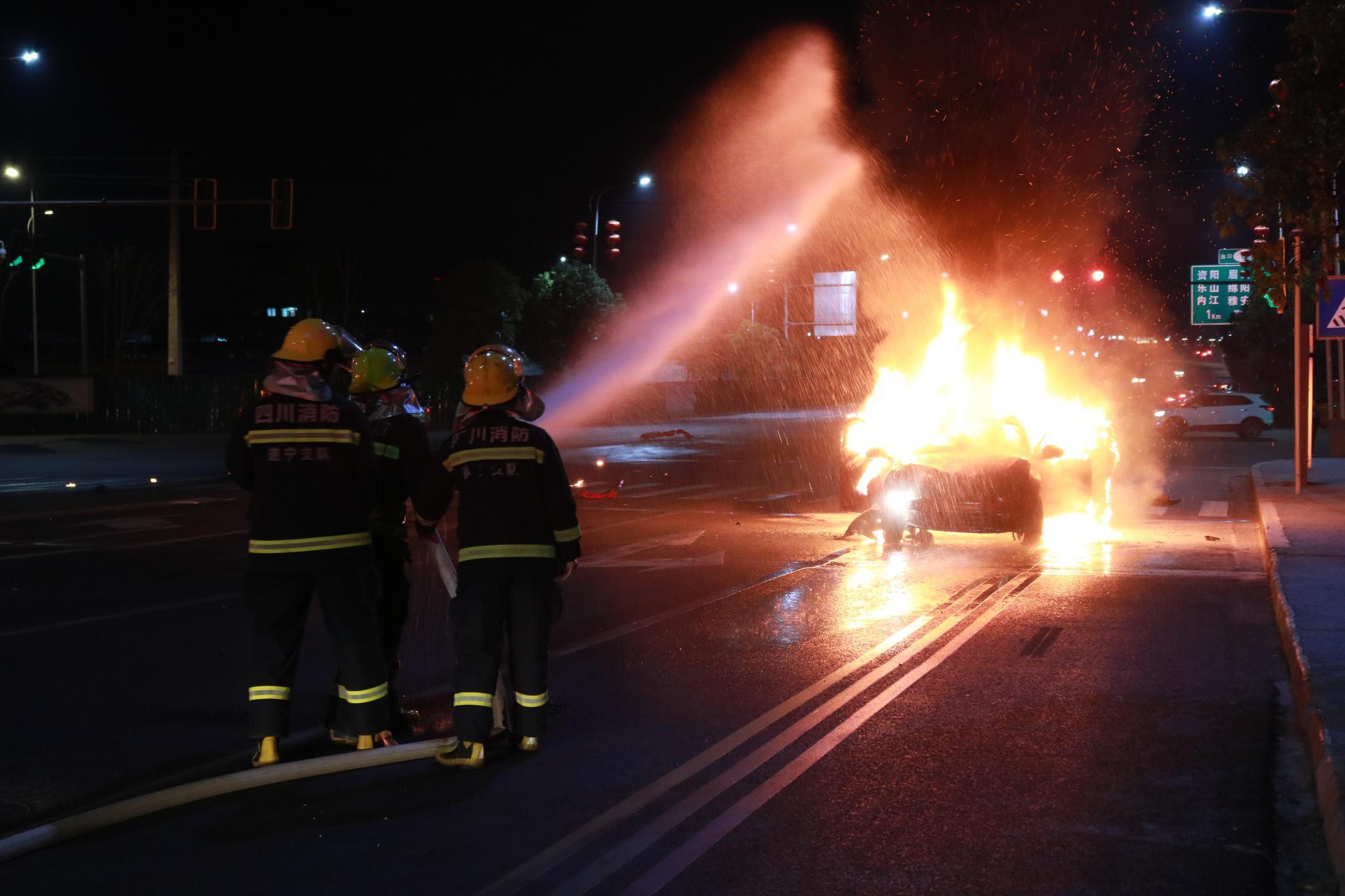 四川遂宁一货车与轿车相撞,形成30米流淌火,5人受伤图片