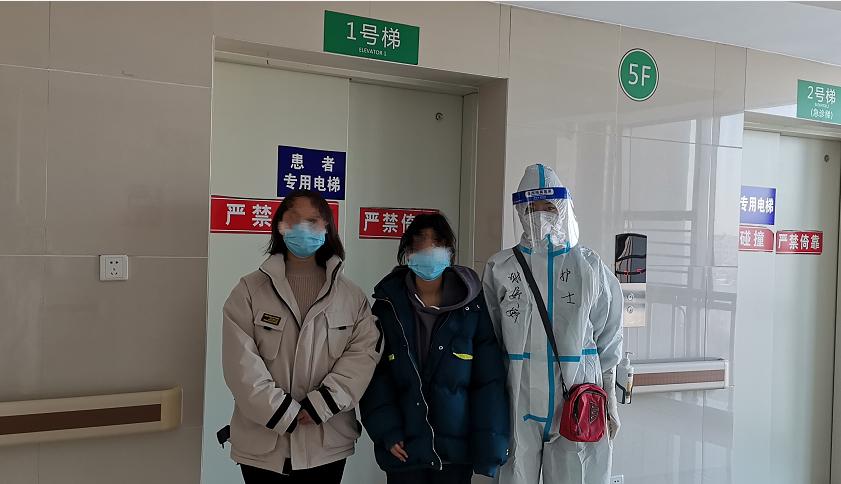 黑龙江绥化市2名新冠肺炎患者出院图片