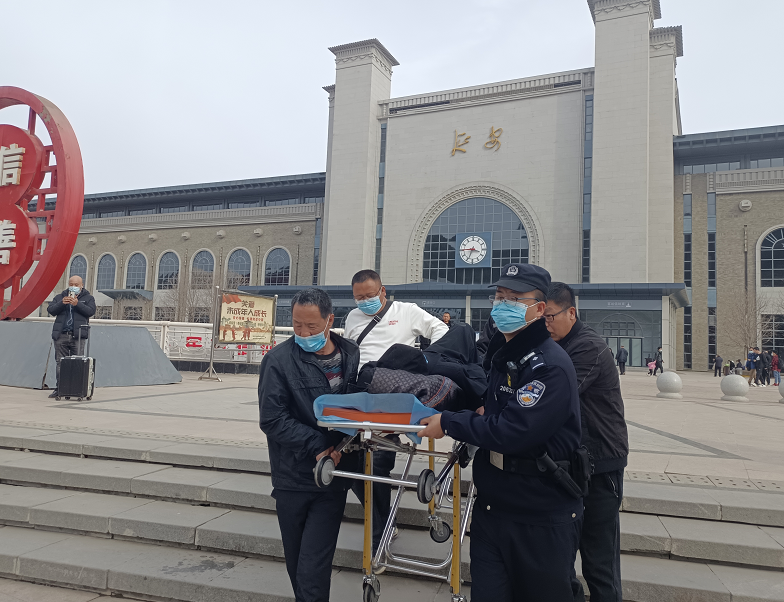 七旬老人险晕倒,延安铁警急救助图片