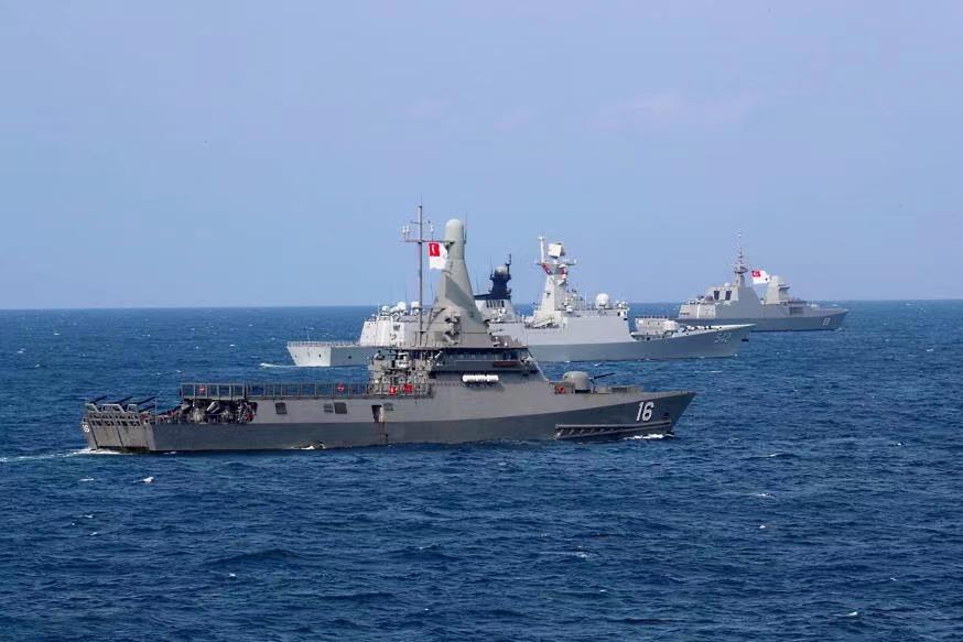 中国与新加坡两国海军舰艇编队联合举行海上演习
