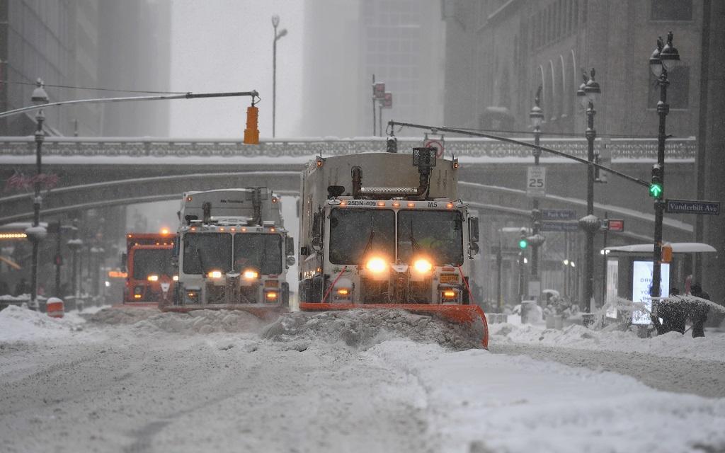 美东北部暴雪破百年纪录 当地面临交通疫情双重压力