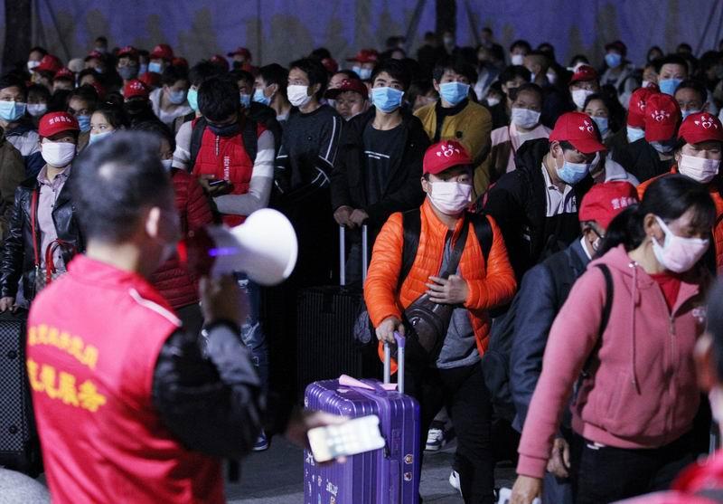 """2020年2月26日,广东东莞火车站,来自云南昭通的1380多名农夫工乘坐""""昭通—东莞""""的专列返莞复工。"""