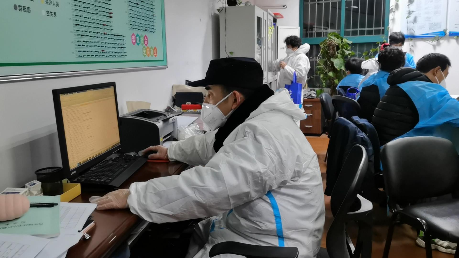上海浦东封闭管理的小区,800多名老人的用药如何保障?快递成堆怎么办?图片