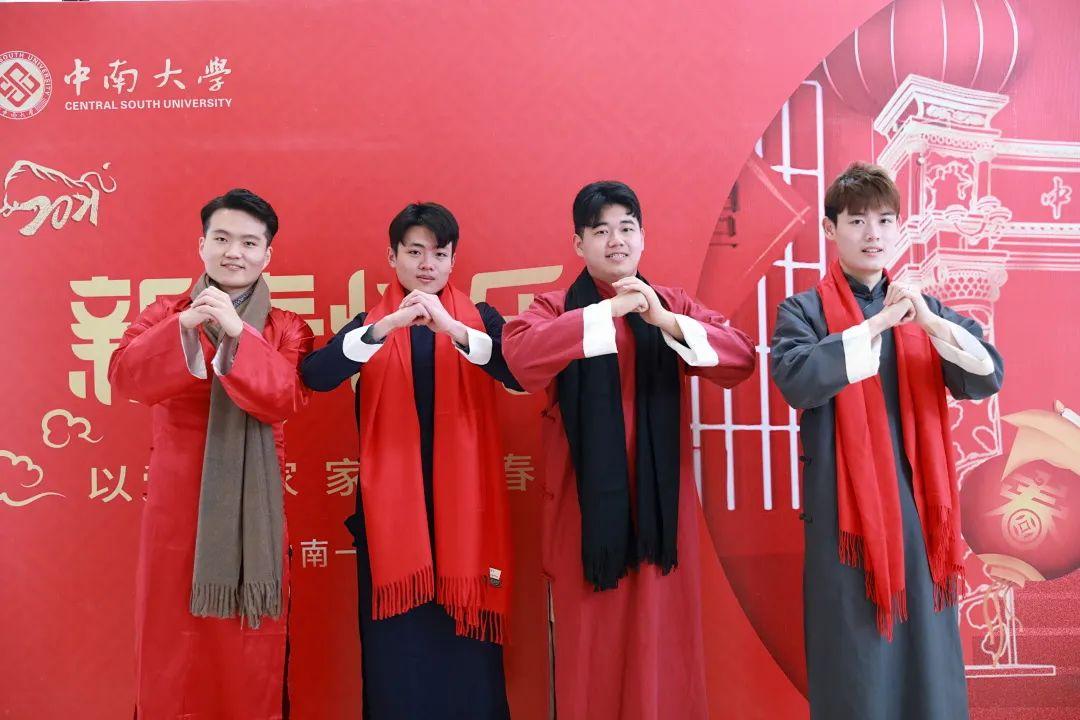 发红包、拍写真、包饺子、看演出……在中南,我们这样过年!图片