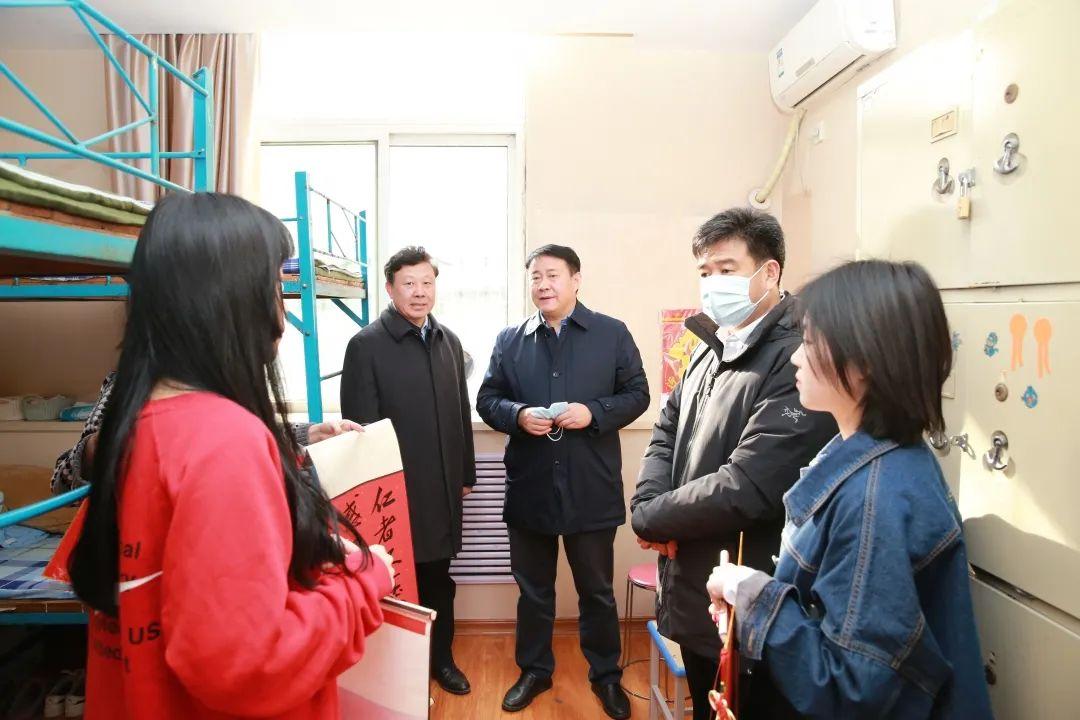 学校领导看望慰问春节留校学生图片
