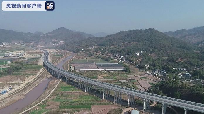 历时4年!云南南景高速公路分段建成试通车图片