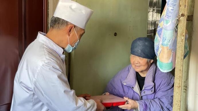 59岁的他连续9年给上海独居老人送餐,为何2.5公里的路跑了1万多步?图片