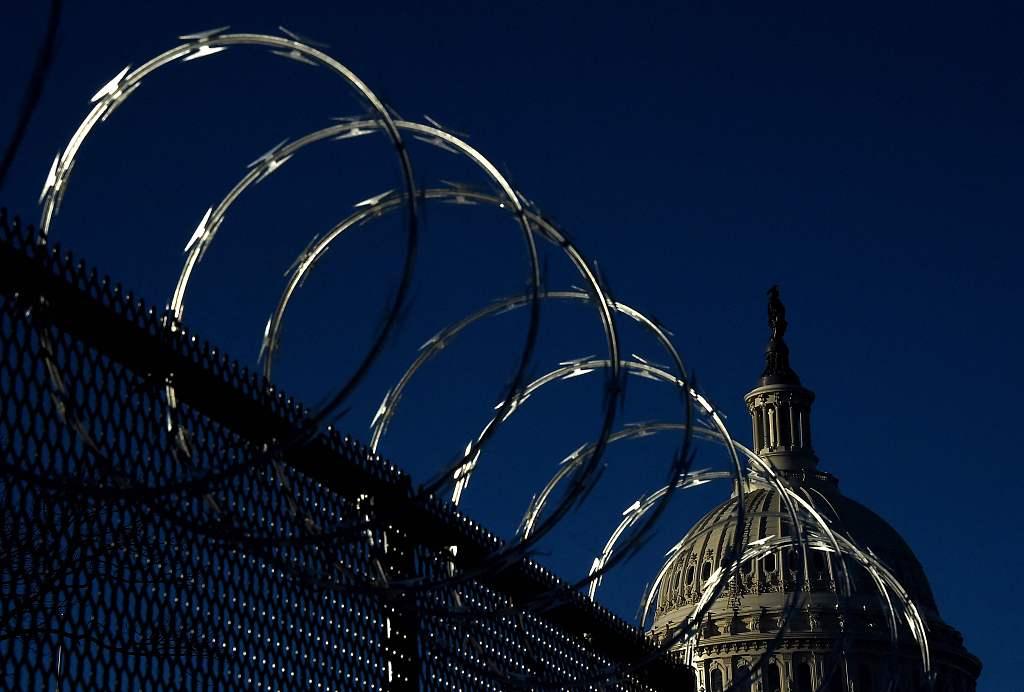 美国会仍未撤下围栏铁网引不满 官员:像是一座监狱