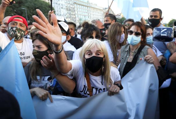 马拉多纳女儿要求彻查父亲死因 与大批球迷上街抗议