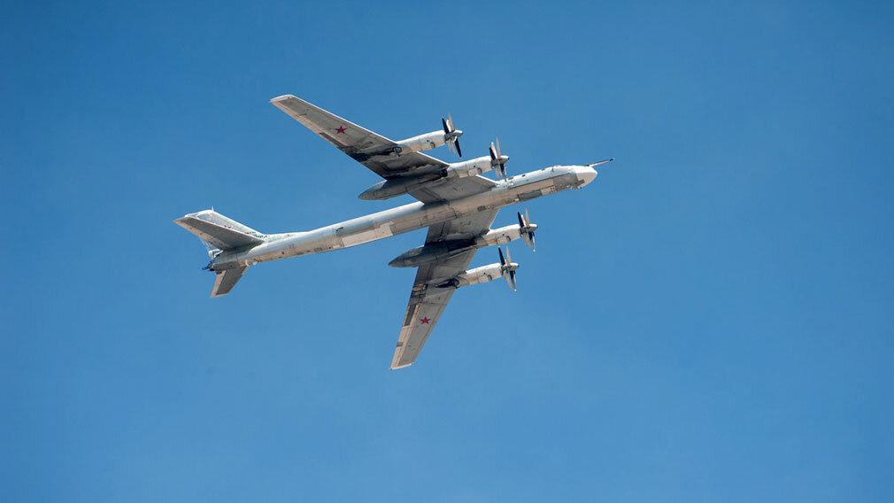 俄罗斯图-95MS远程战略轰炸机遭日本战机伴飞