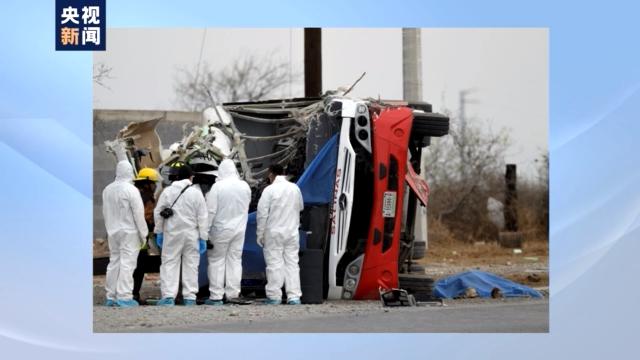 墨西哥油罐车与公交车相撞致11人死亡