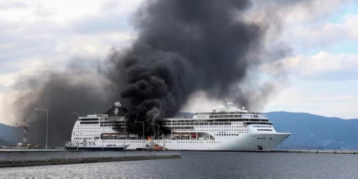 希腊旅游胜地科孚岛一艘邮轮突发大火 暂无人员伤亡