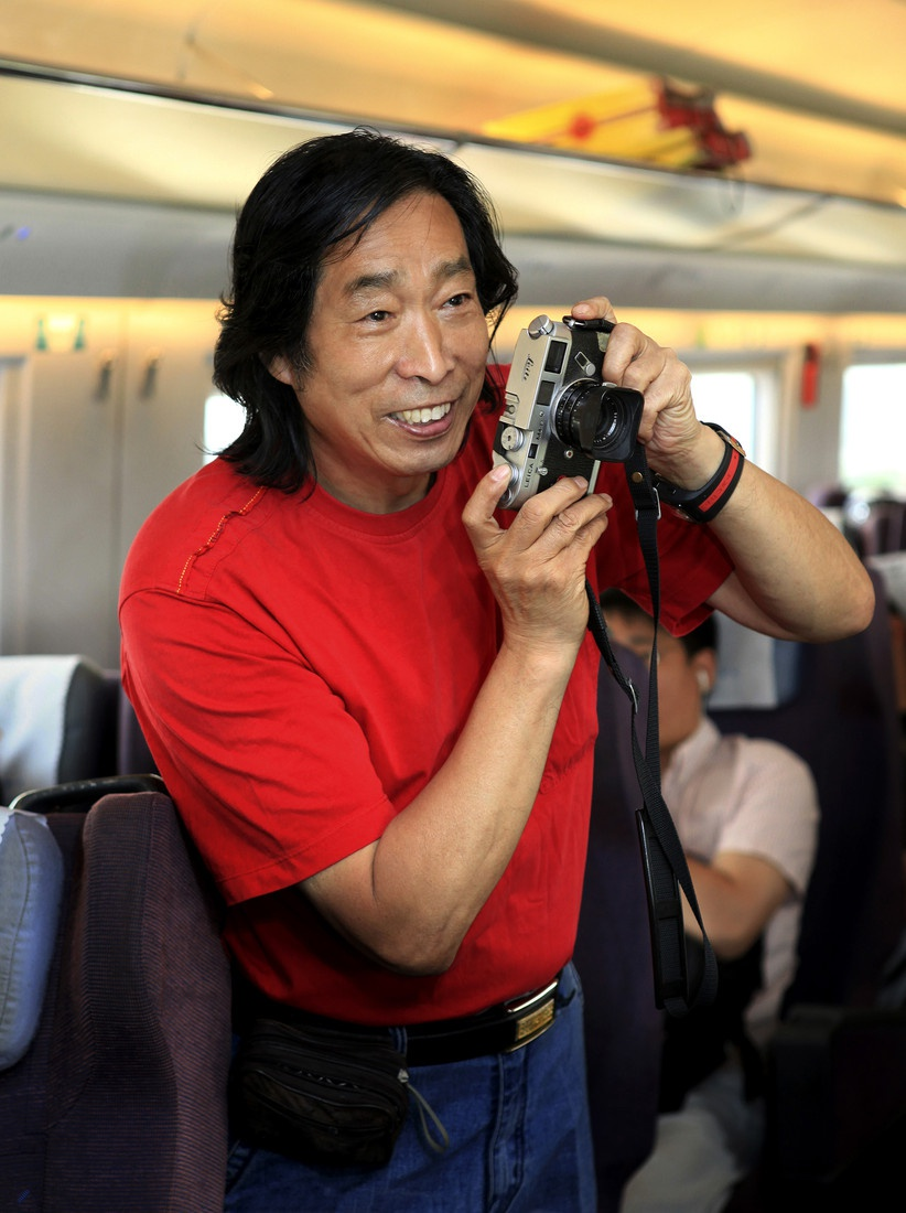 中国著名摄影家王福春逝世,代表作有《火车上的中国人》等图片
