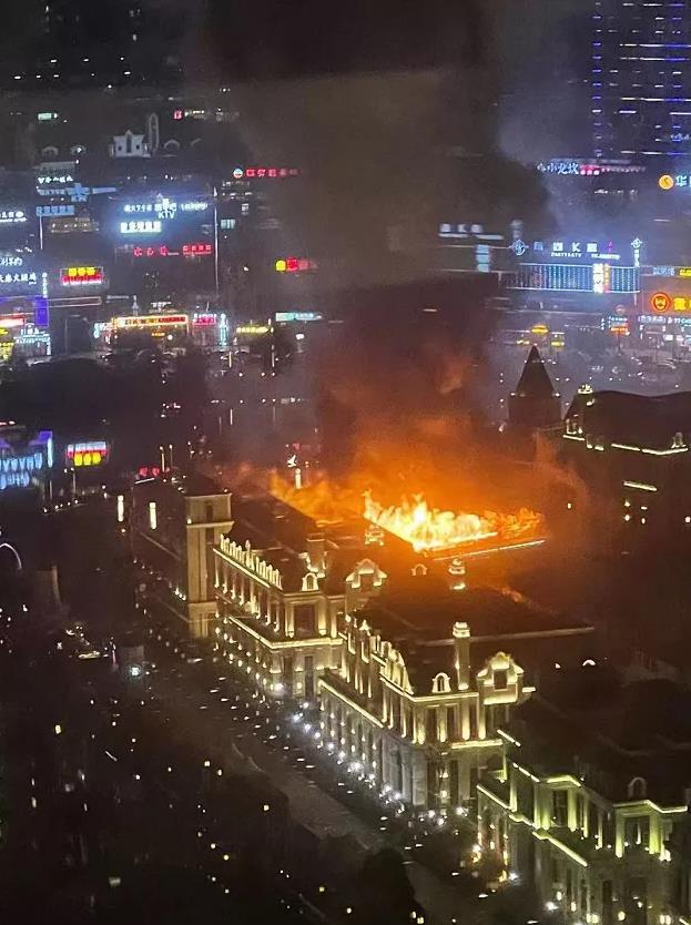 贵阳方舟戏台失火 消防人员正赶往现场扑救图片