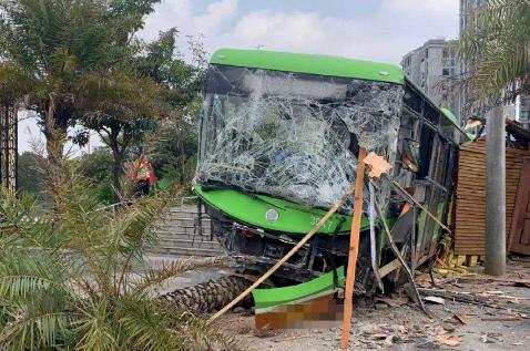 南宁一辆公交车突然失控撞向路边致2人受伤 司机已被控制图片