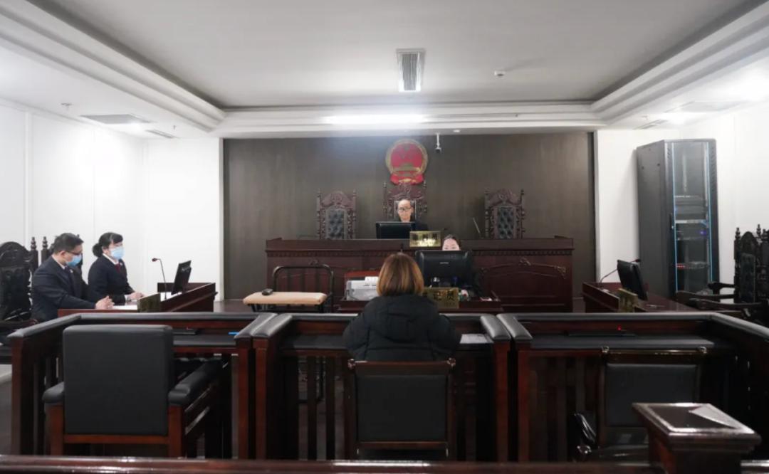高空抛物罪全国首案宣判!女子将2把菜刀抛至楼下获刑半年图片