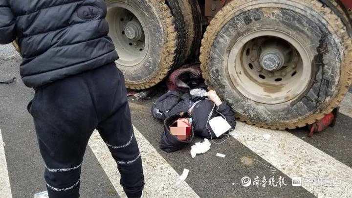 货车与电动车发生事故 骑电动车女子被卷车底
