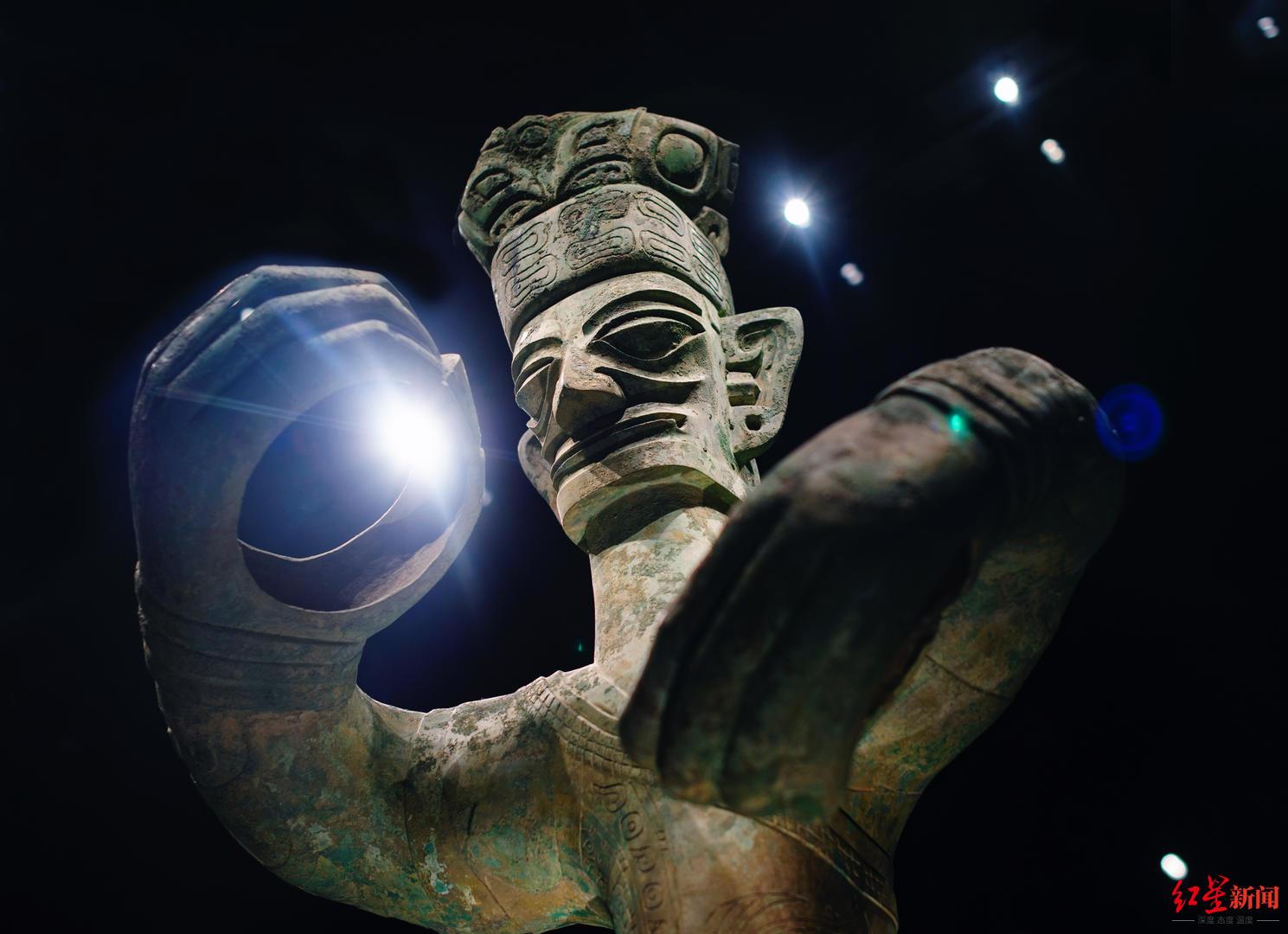 2020年9月27日,四川省德阳市三星堆博物馆。时隔34年三星堆重开导掘,大概博物馆里的这些隐秘将获得发表。图为:青铜大立人。