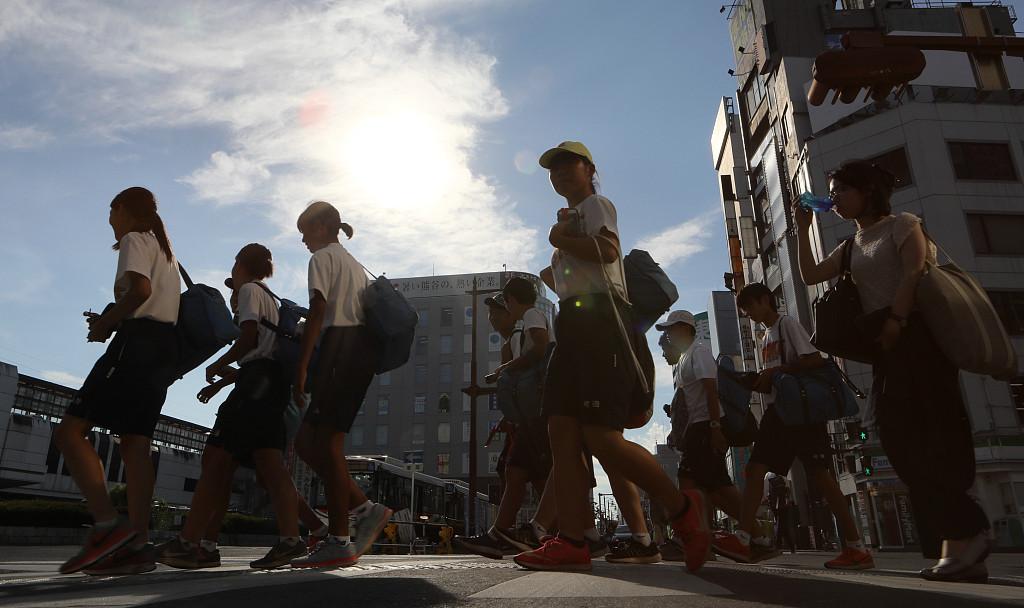 日本19岁少女手持菜刀冲进警局 被持枪警告
