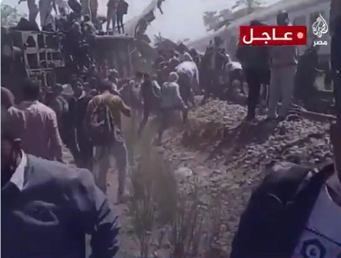 两列载客火车在埃及南部相撞 已致32死、66伤