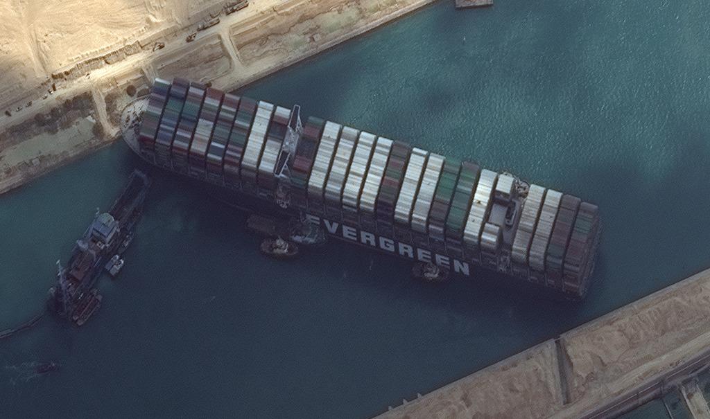 苏伊士运河搁浅货船等待涨潮脱困 日本船东面临1亿美元赔偿图片