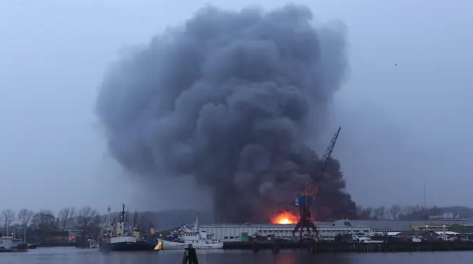 瑞典南部哥德堡海辛根工业区一大型仓库发生大火