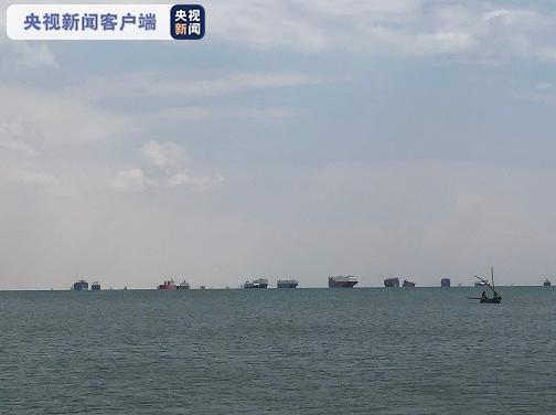 现有321艘船只在苏伊士运河中等待通航